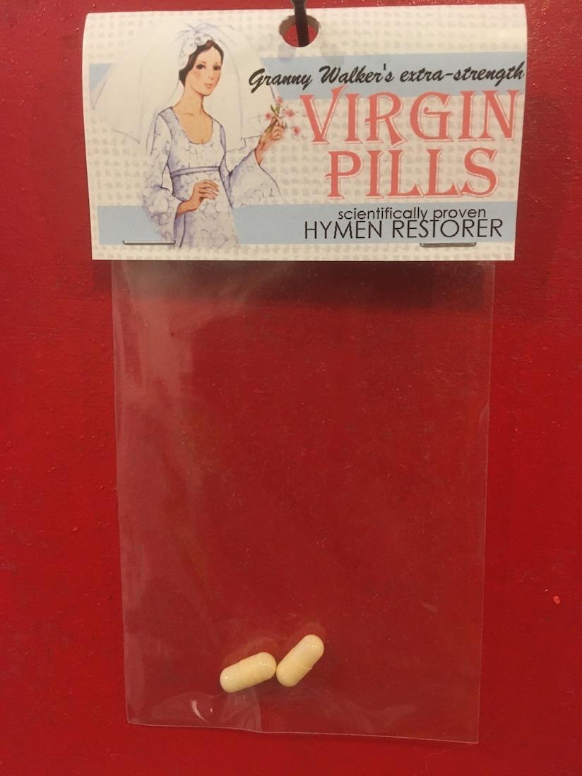 Et pour celles qui auraient à prouver leur sagesse malgré quelques frasques passées, ces pilules-ci, qui viennent aussi de la pharmacopée imaginaire et ensachée de l'artiste Dana Wyse, restaurent votre virginité...
